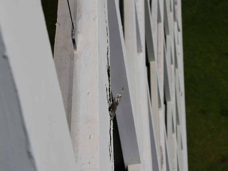 An zahlreichen Stellen sind Risse im Beton zu entdecken