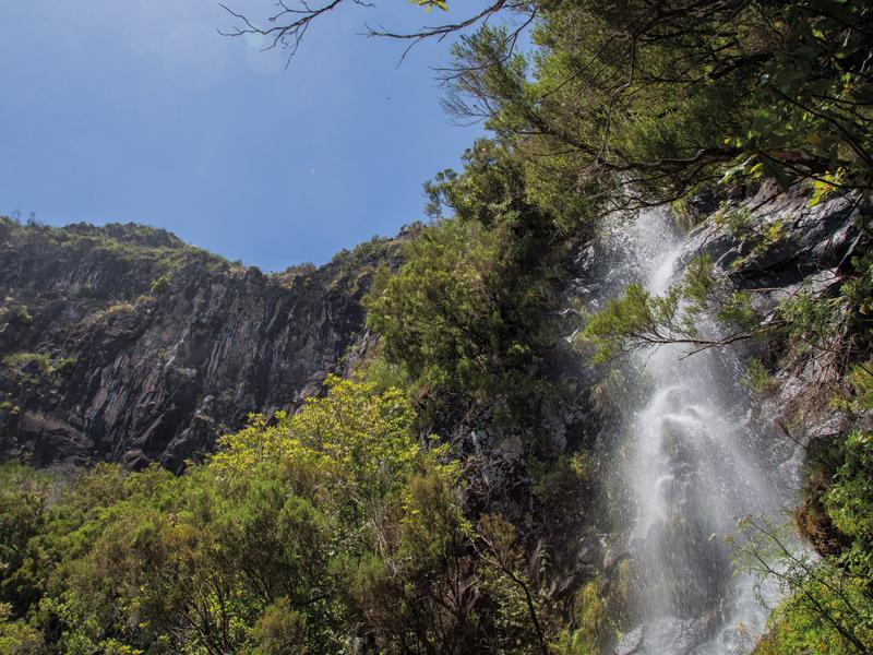 Vielerorts passiert man Wasserfälle.