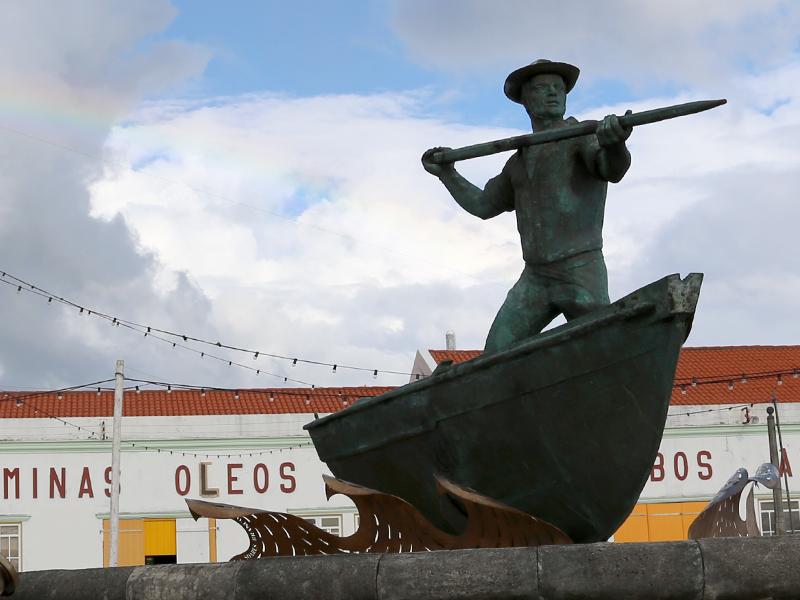 Heroische Statue des Walfängers spiegelt den Wehmut der Azoreaner wider